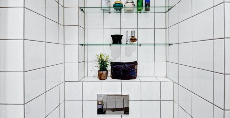 Bad har nisje med glasshyller