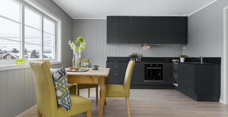 Kjøkkeninnredningen er oppgardert og fremstår fresht og stilriktig