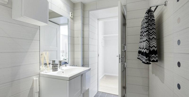 Delikat bad med dusj, servant, wc, opplegg til vaskesøyle.