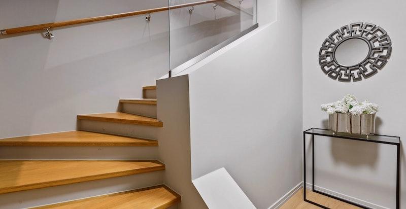 For øvrig adkomst fra egen hall med trapp (3. etasje)