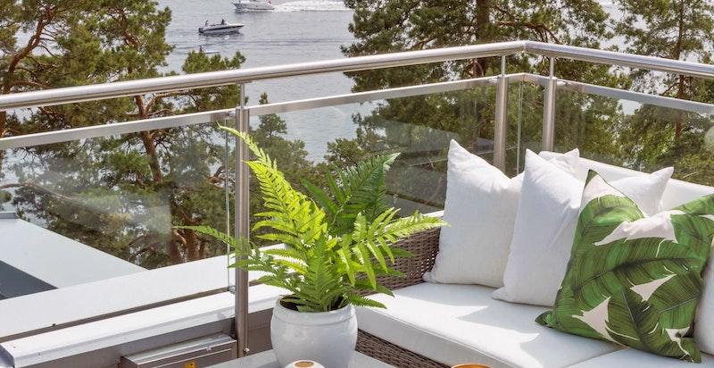 Terrasse, mot sjøen. Ingen innsyn eller sjenanse.