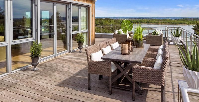 Terrasseløsning på totalt 200 m² utnytter solforhold/beliggenhet optimalt