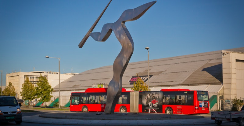 I dag går det meget hyppige bussavganger til Lysaker med lokaltog, flytog og alle off. kommunikasjonsmidler. Det går nattbuss, buss til sentrum og nå også rutebåt til Aker Brygge. Det er planlagt T-bane.