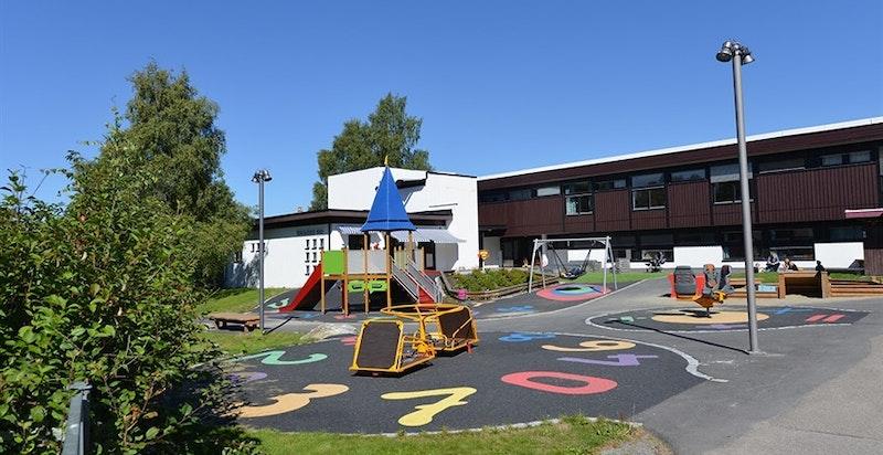 Både skole og flere barnehager ligger i kort avstand fra Lutvanntoppen.