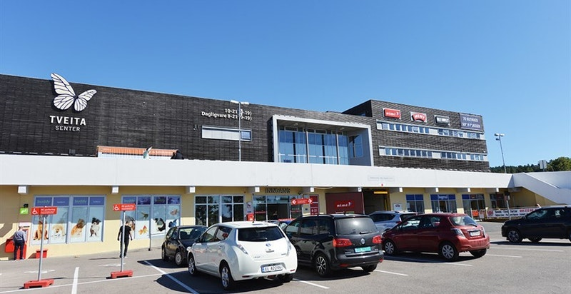 I nærområdet er det flere kjøpesentre som byr på et godt utvalg av forretninger og servicetilbud.