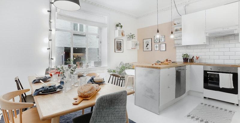 Hyggelig stue med åpen kjøkkenløsning. God takhøyde på 2,9 m