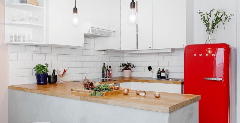 Kjøkken med praktisk barløsning