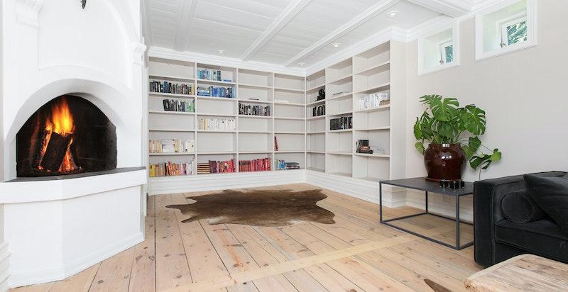 Tv-stue/bibliotek i 1. etg. med peis