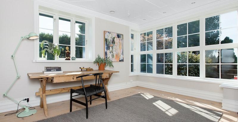 Mye vinduer og lys i stuen