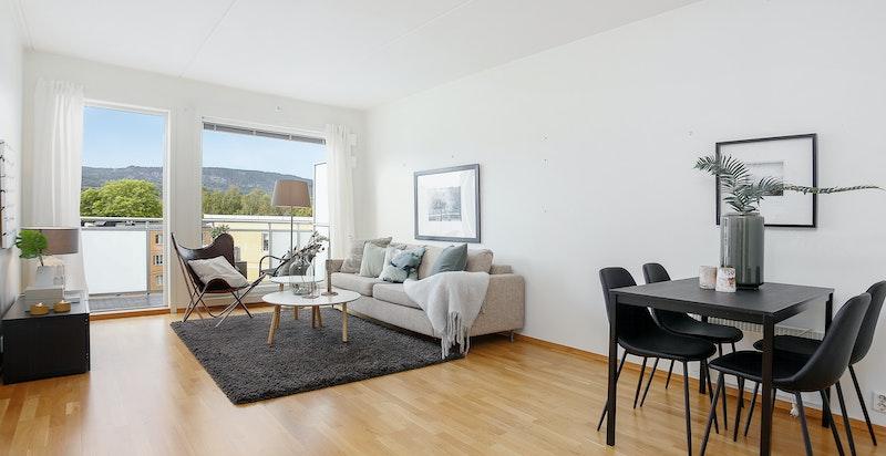 Lys og hyggelig stue med utgang til vestvendt veranda