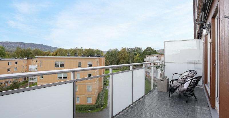 Vestvendt veranda med gode solforhold og fint utsyn