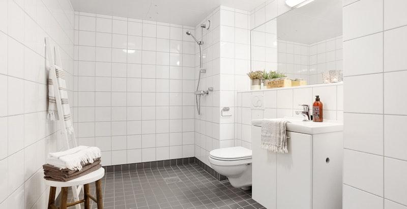 Moderne bad med opplegg for vaskemaskin