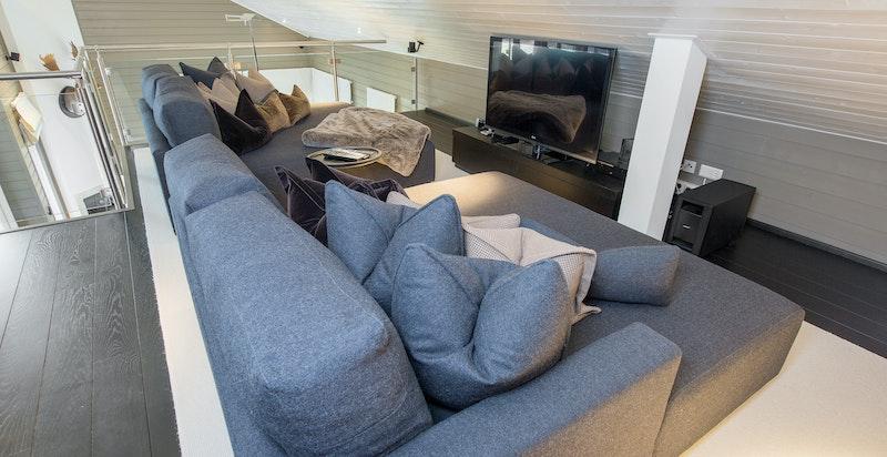 Flott mesanin m/ tv-stue (totalt ca. 58 m2 gulvareal - som tillegg til oppgitte i BRA/p-rom)