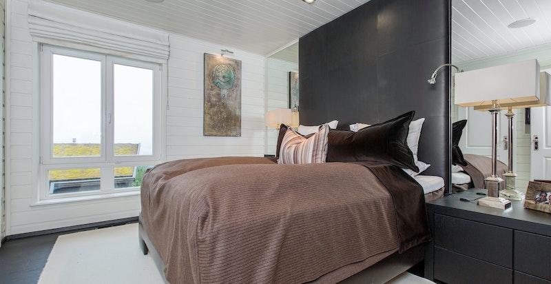 Soverom 2 med eget bad og integrert, snekkerbygget garderobe