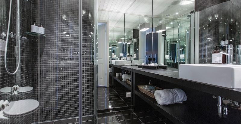 Eksklusivt bad til sov 2. Vegger heldekket av speil.