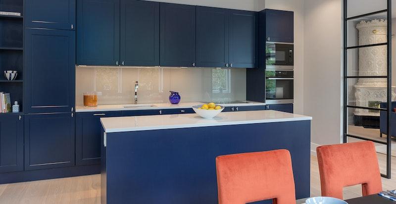 Kjøkkenøy og snekkerbygget innredning utnytter rommet optimalt