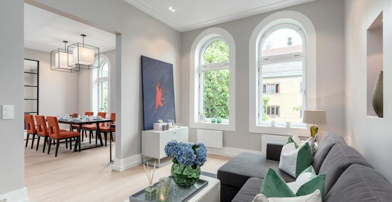 TV-stue. Store vindusflater slipper inn naturlig lys