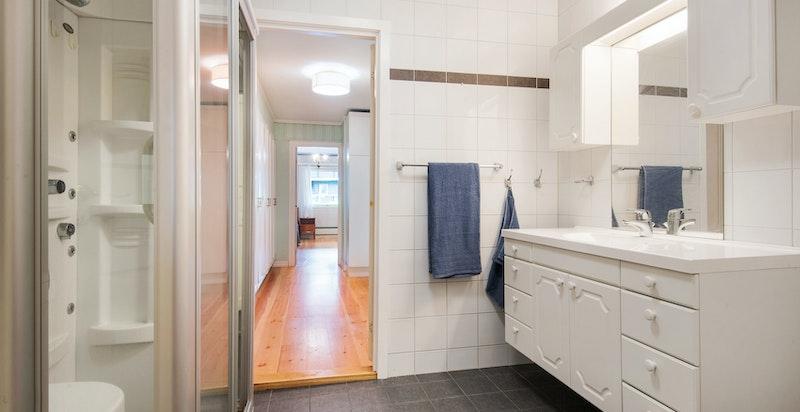 Bad/wc med gjennomgang fra hhv. grovkjøkkenet og omkledningsrommet