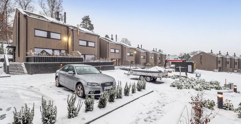 Felles gjesteplasser nedenfor husene. 1 garasjeplass og 1 bod i felles underjordisk anlegg følger boligen.