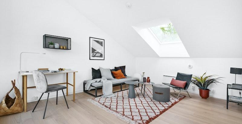 Svært anvendelig loftsstue. Utgang til takterrasse. For øvrig bod og disponibelt rom (innredet som soverom) i denne etasjen.