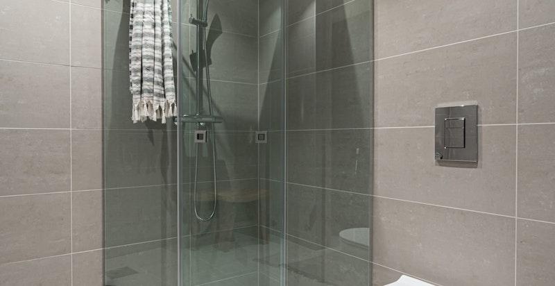 Hovedsoverom i 2. etasje har også eget tilliggende baderom.