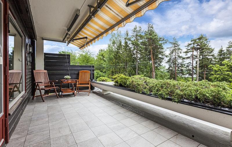 Sydvestvendt terrasse med formiddag- og ettermiddagssol.