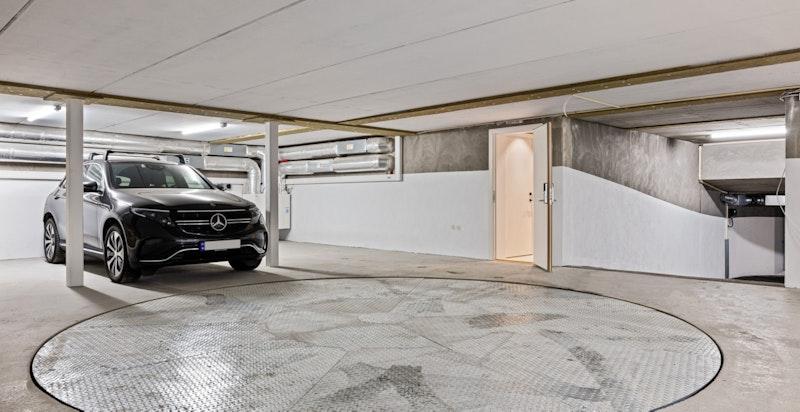 2 garasjeplasser med elbillader i underjordisk anlegg med dreieskive.