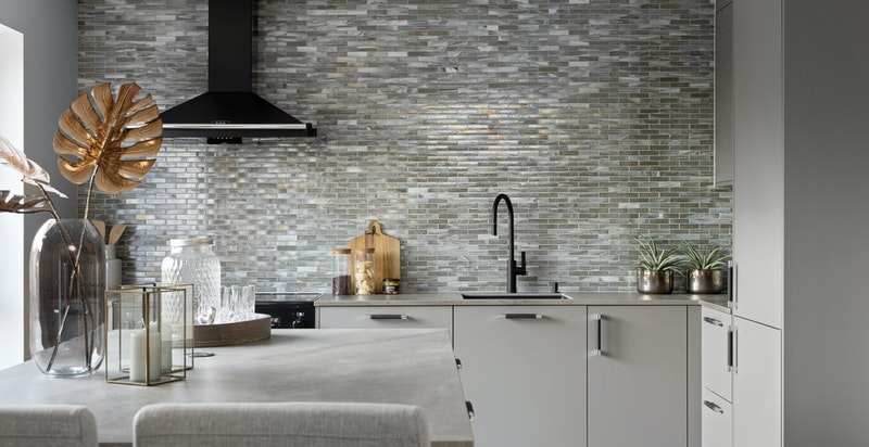 Lekkert kjøkken fra Bekkestua Kjøkkenstudio AS med keramikk benkeplate