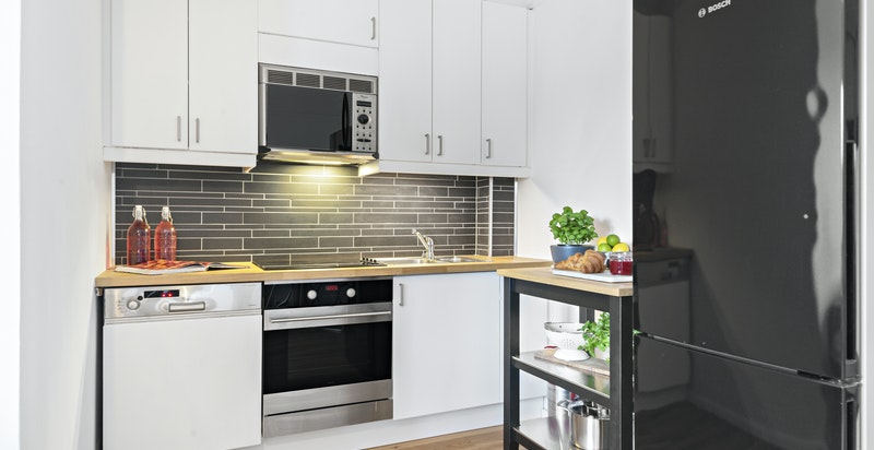 Kjøkkeninnredningen er antatt å være fra 2002, frontene er malt, ny benkeplate, fliser over benk og stekeovn fra 2017