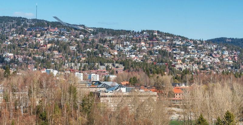 Utsikt mot Holmenkollen fra terrassen ut fra stuen