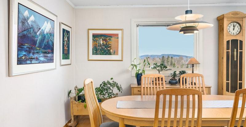 Plass til større spisegruppe i stuen rett ved kjøkkenet