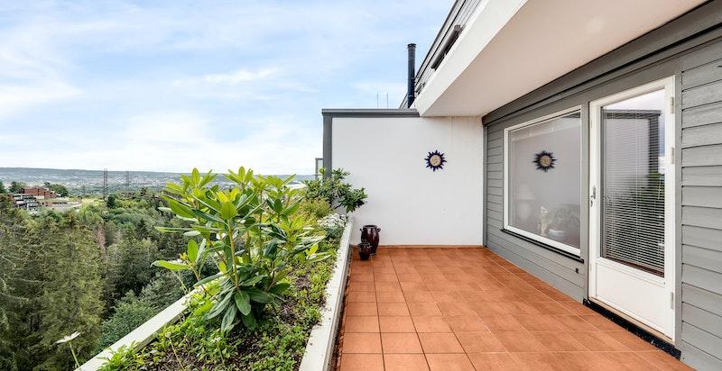 Romslig terrasse med god plass til utegruppe