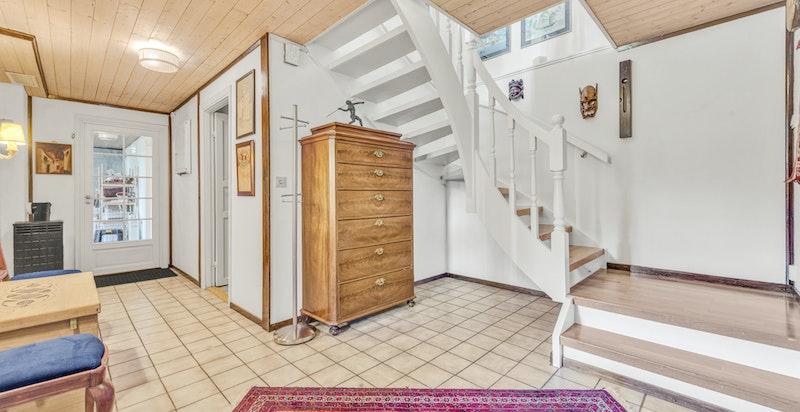 Trappegang i kjeller med lagringsmuligheter