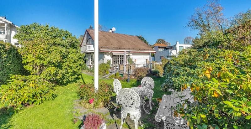 Skjermet og svært pent opparbeidet hage med gode solforhold