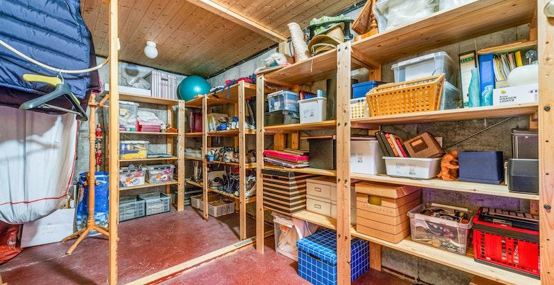 Svært god lagringsplass i kjeller med flere bodrom