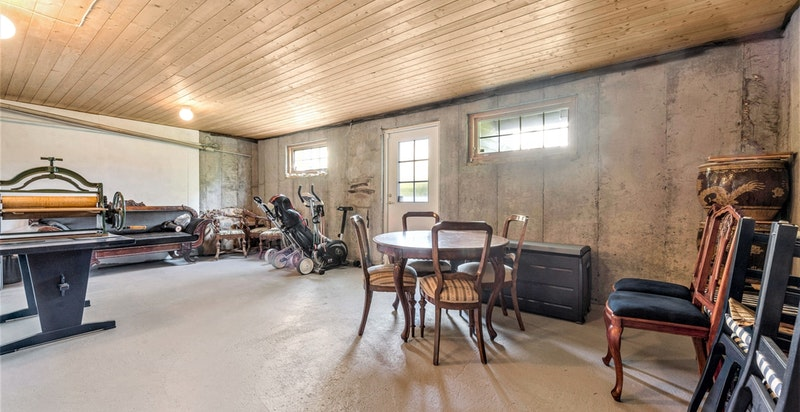 Stort uinnredet areal/bodrom i kjeller med egen inngangsdør til trapp/terreng