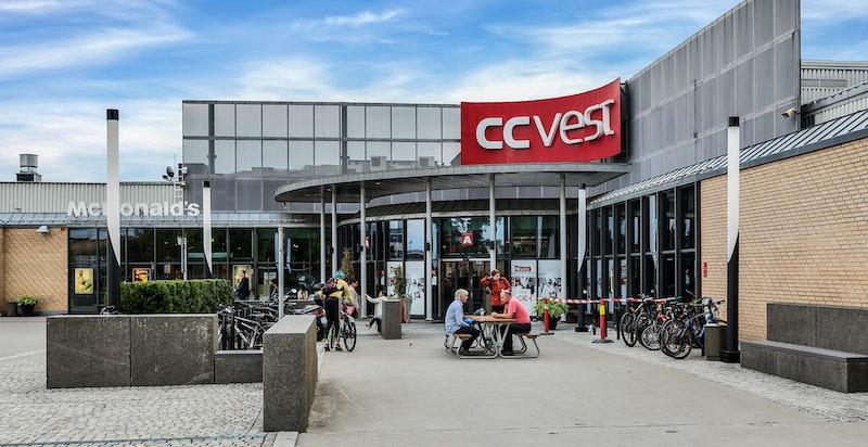 På Lilleaker finner man det populære handlesenteret CC Vest, for øvrig flere matbutikker i nærområdet rundt boligen