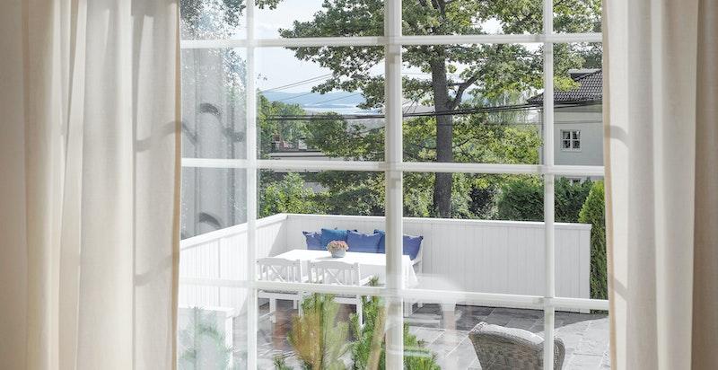 1. etasje: Stemningsbilde mot terrassen og hagen