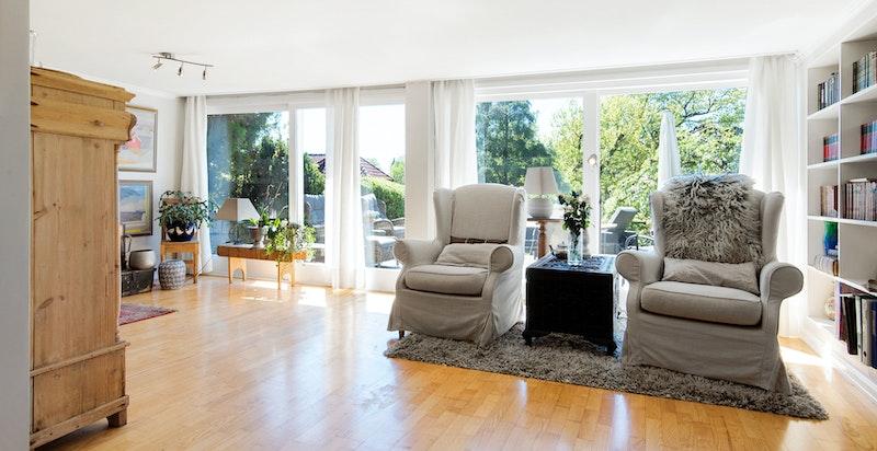 Store vindusflater i stuen slipper inn mye lys