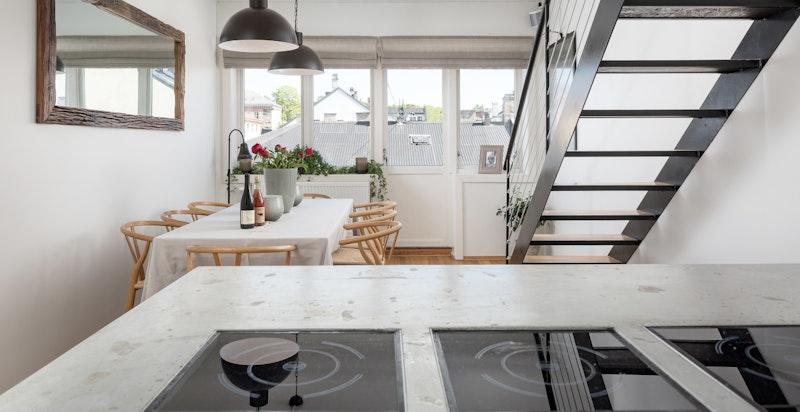 Kjøkken med åpen løsning mot spisestue