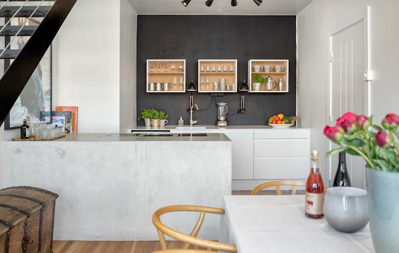 Stilig og moderne kjøkken hvor det er rikelig med skap- og benkeplass