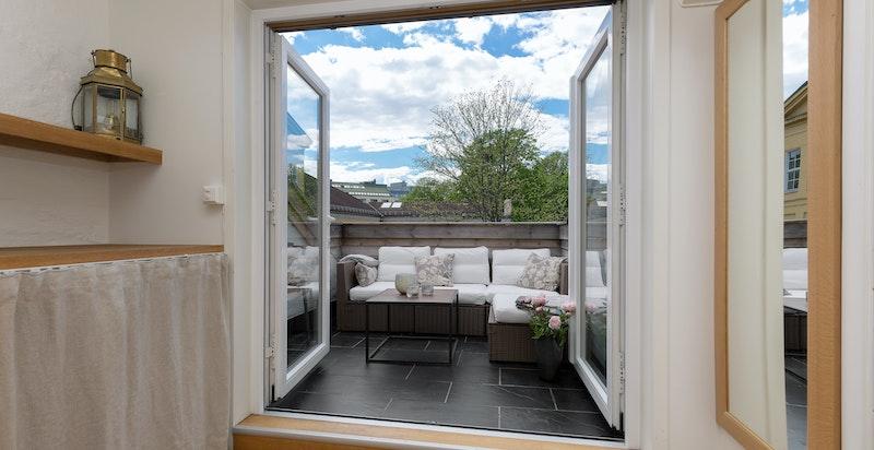 Stuen har utgang til solrik og vestvendt terrasse