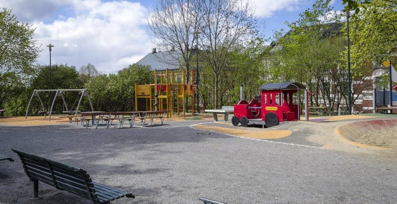 Tinkern med lekeplass for barna ligger vis-à-vis bygården