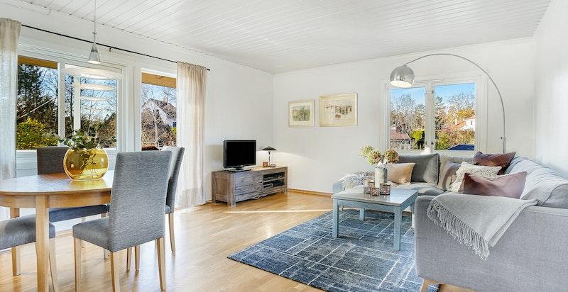 Lys, hyggelig stue med utgang til veranda og hage
