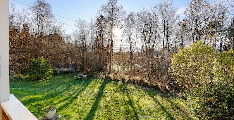 Verandaen vender ut mot hagen og friområde