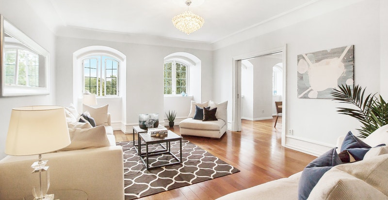 Flott og innbydende stue I med fine vindusflater som slipper inn masse naturlig sollys og byr på flere spennende innredningsmuligheter.