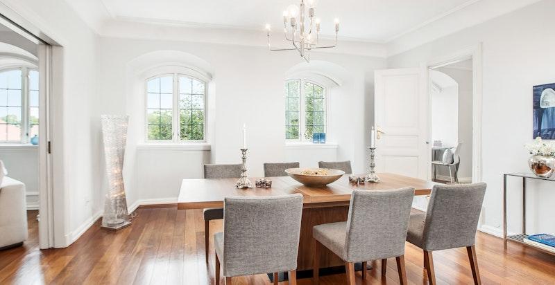 Alle stuene har meget god størrelse og gir god plass til både sofagruppe og spisebord evt. annet møblement.
