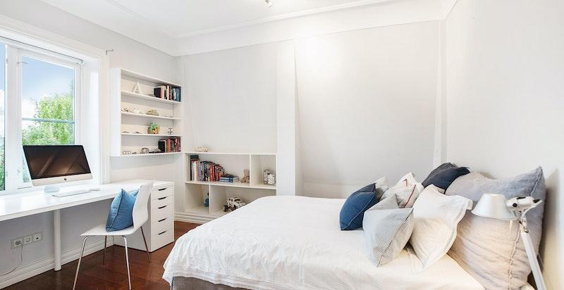 Soverom II med  praktiske plassbygde hyller og passer ypperlig som barnerom.
