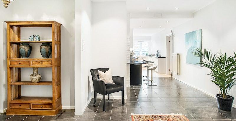 Entreen fungerer som husets samlingspunkt, og med syv, vestvendte vindusflater gir rommet deg umiddelbart et lyst og luftig inntrykk.