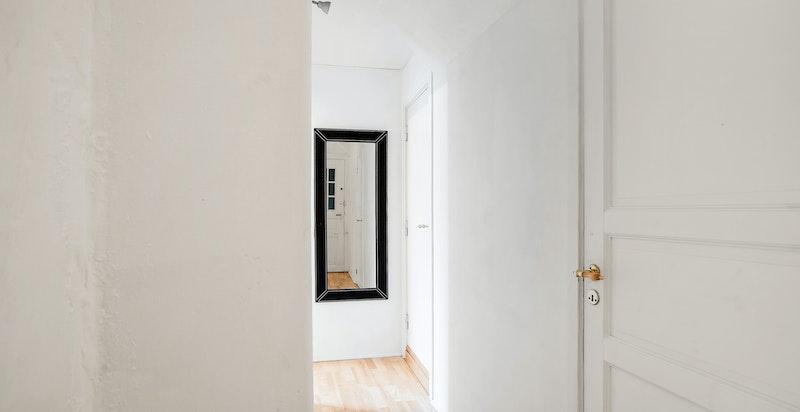 Deler av leiligheten omfattes av bl.a.: Gang, innvendig bod, flislagt bad/wc, hybelkjøkken, stue og soveplass i åpen løsning.